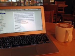 Anja schreibt gern im Café.