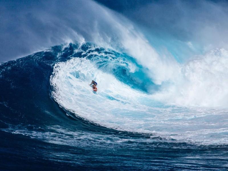 Surfer in blauer Welle