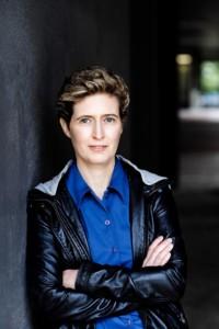 Patricia Walter nutzt ein Diktiergerät beim Buch schreiben